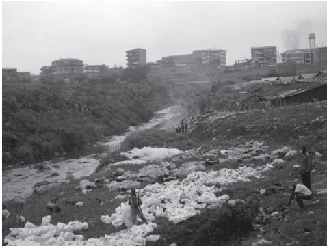 Street children in Kenya earn money by cleaning plastic bags from the river and selling them for recycling. Animals also look for food in the river. There is a Nairobi River Basin Program working to clean up the river. Photo: KENYA INDYMEDIA